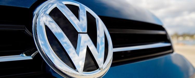 Volkswagen é acusada de fraudar resultados em teste de poluentes.